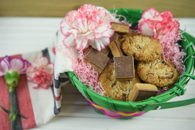 Корзина подарка дня матерей с цветками и домодельными печеньями стоковые изображения