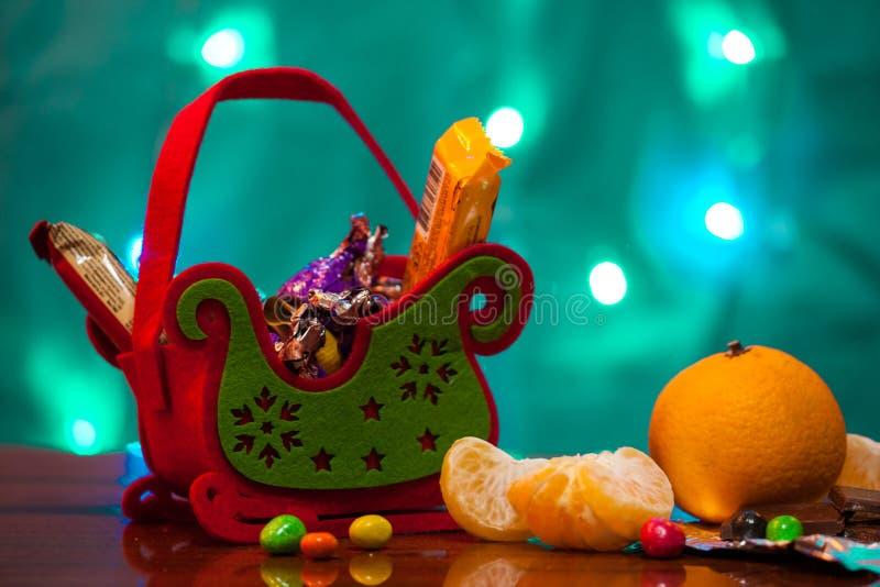 Корзина праздничного подарка рождества Сани рождества конфеты сюрпризов Конфета, печенья, tangerines стоковые изображения