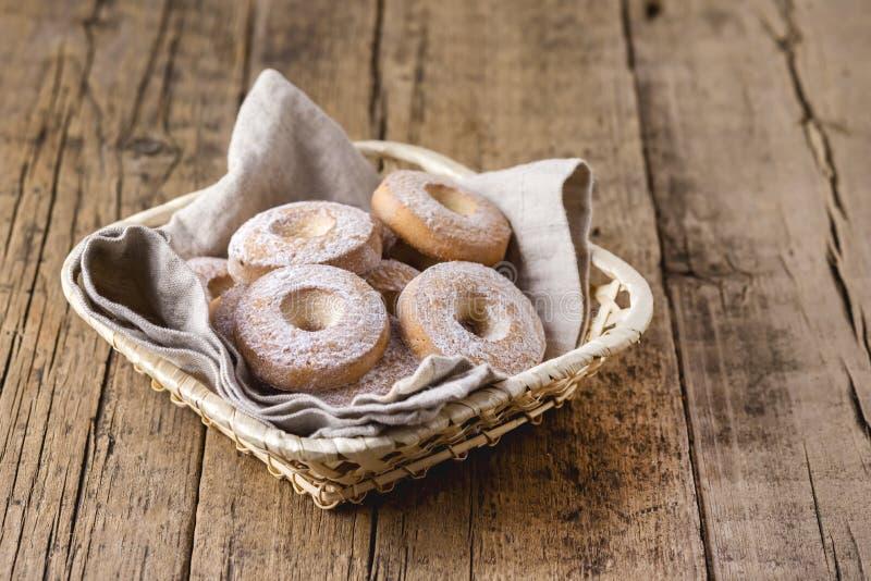 Корзина с вкусными домодельными печеньями печенья копирует печенья деревянной предпосылки космоса горизонтальные круглые украшенн стоковые изображения rf