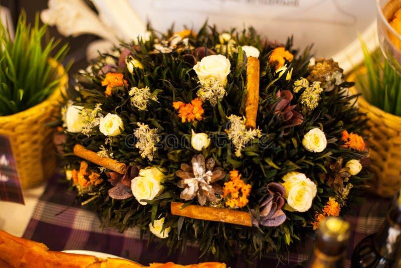 Корзина с высушенными цветками, белыми розами и конусами стоковые изображения rf