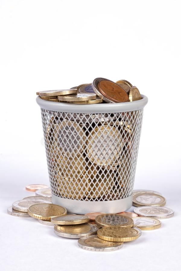 Корзина с монетками стоковые изображения rf