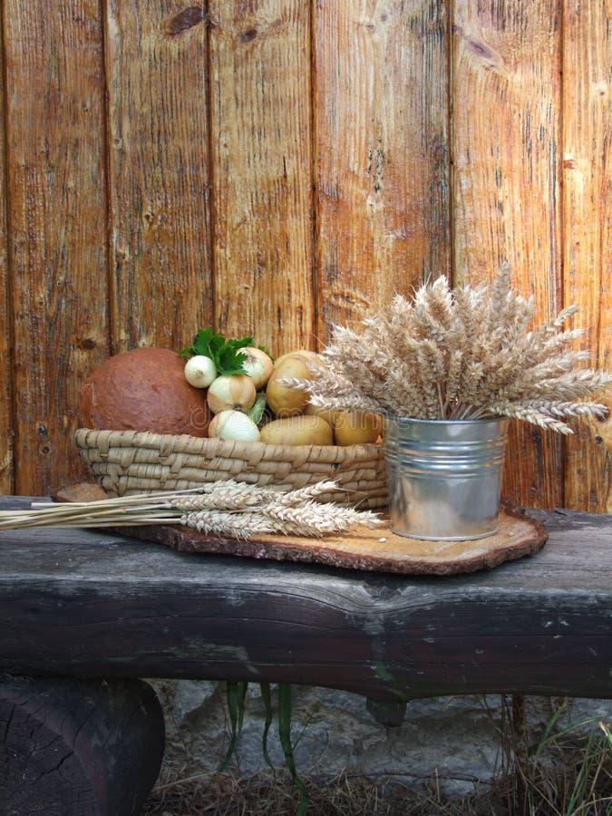 Корзина с овощами и зерном стоковое фото rf