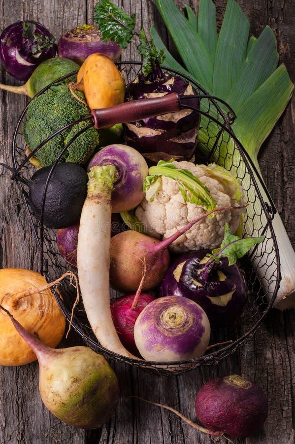 Корзина с овощами на деревянной предпосылке Цветная капуста, брокколи, редиска, пастернак, лук-порей, кольраби стоковые изображения rf