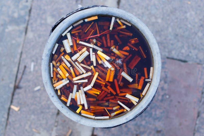 Корзина с остатками сигарет и фильтрами стоковое фото