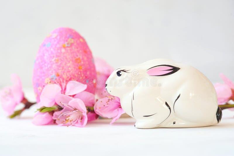 Корзина с пасхальными яйцами на белой предпосылке стоковые фотографии rf
