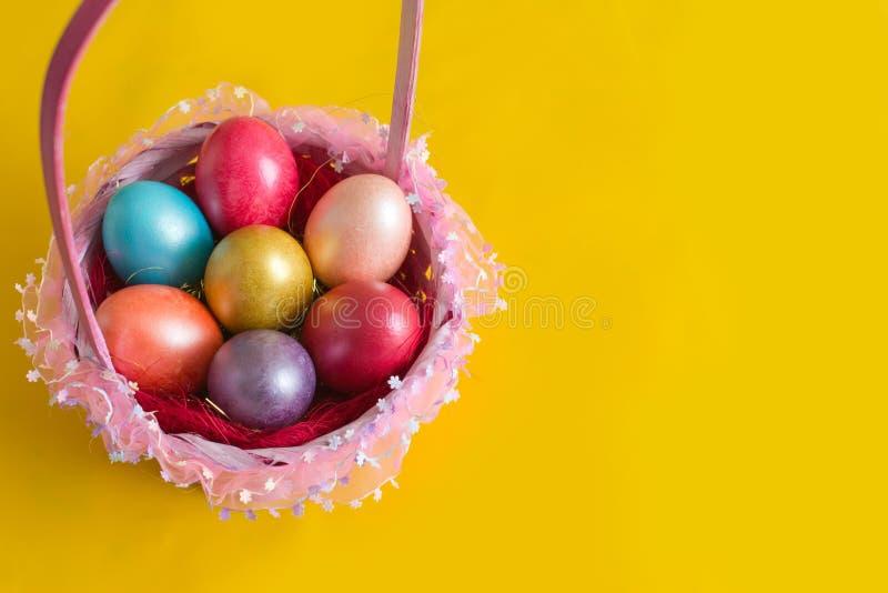 Корзина с пасхальными яйцами стоковое фото