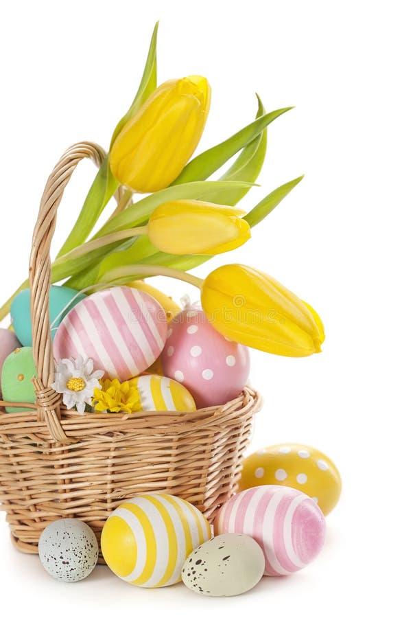 Корзина с пасхальными яйцами стоковые фото