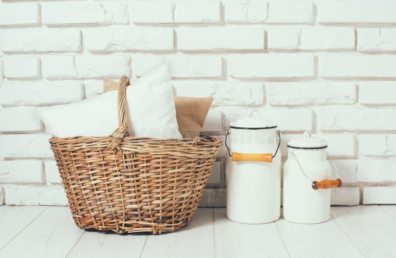 Корзина с подушкой и чонсервными банками молока стоковая фотография