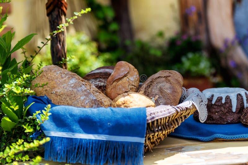 Корзина с свежим хлебом на таблице стоковое фото rf