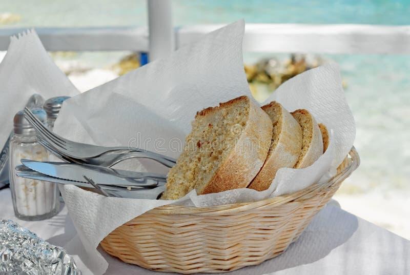 Корзина с хлебом и tableware стоковые изображения rf