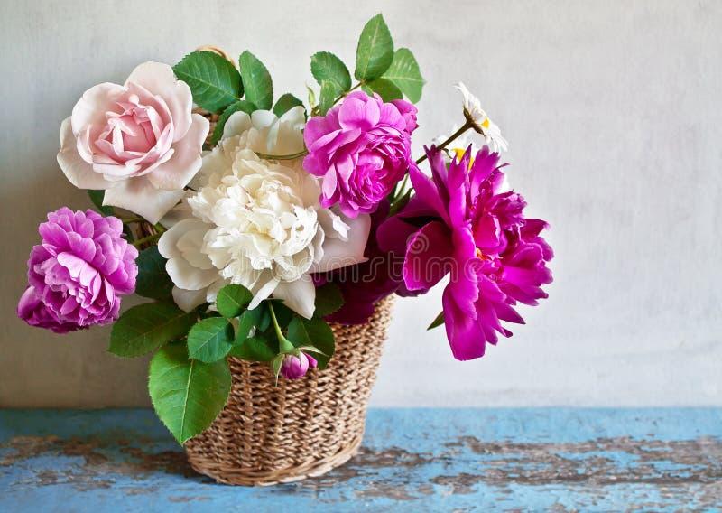 Корзина с цветками стоковые изображения rf