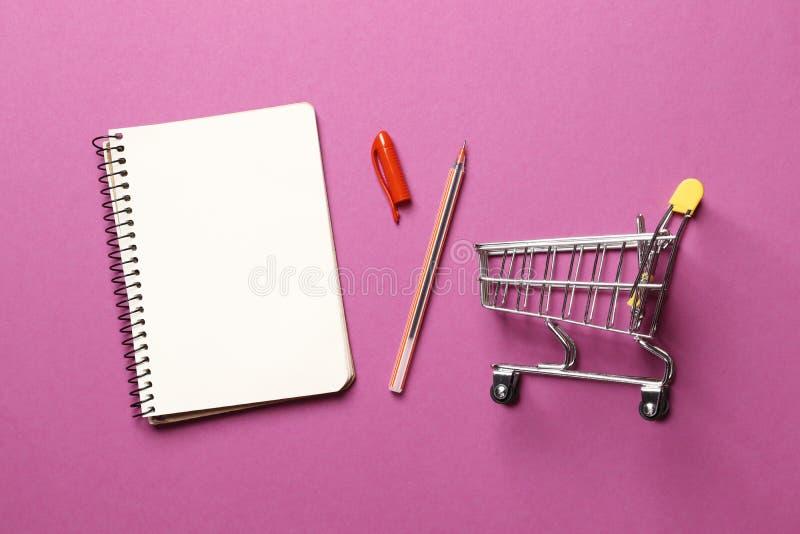 Концепция бюджета корзина, тетрадь чистого листа бумаги стоковое фото