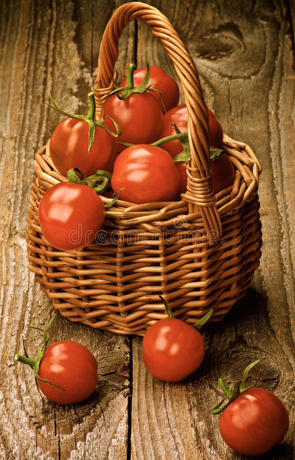 Корзина томатов вишни стоковые изображения rf
