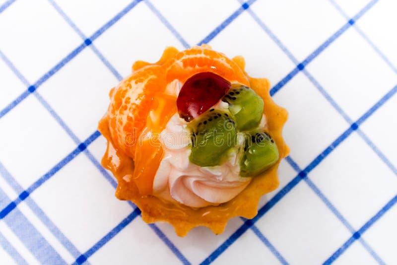 Корзина торта с плодоовощ стоковая фотография rf