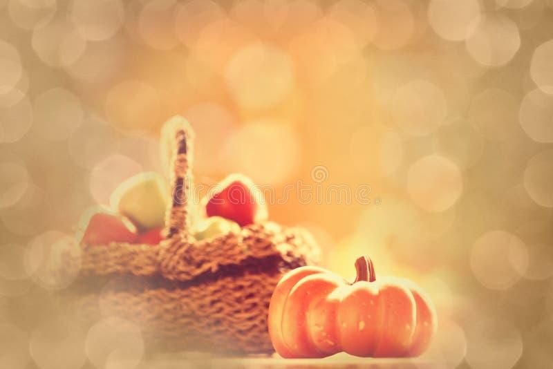 Корзина тыквы и яблока стоковое изображение rf