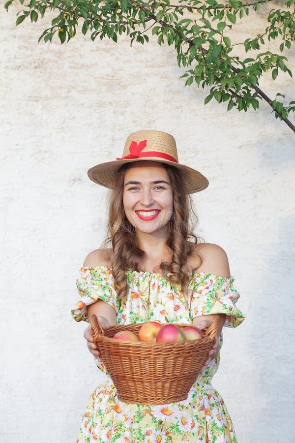 корзина удерживания молодой женщины вполне яблок стоковая фотография rf