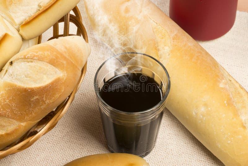 Корзина французских хлебов стоковое фото rf