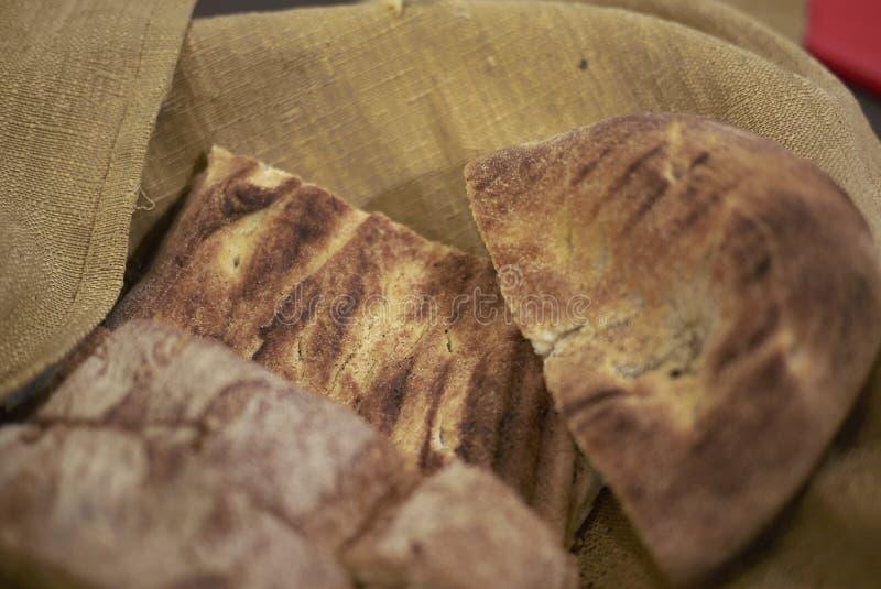 Корзина хлеба с focaccia стоковая фотография rf