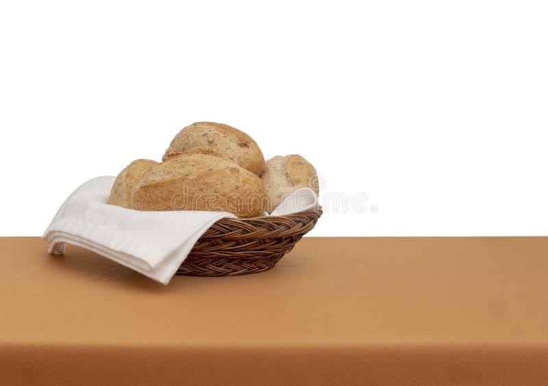 Корзина хлеба Wholemeal коричневые хлебцы с белой тканью, салфеткой serviette aka Изолированный против белизны позади стоковое фото rf