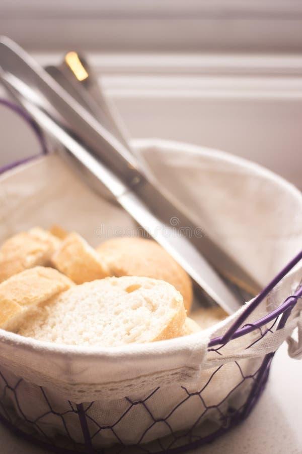 Корзина хлеба в кафе ресторана стоковое изображение