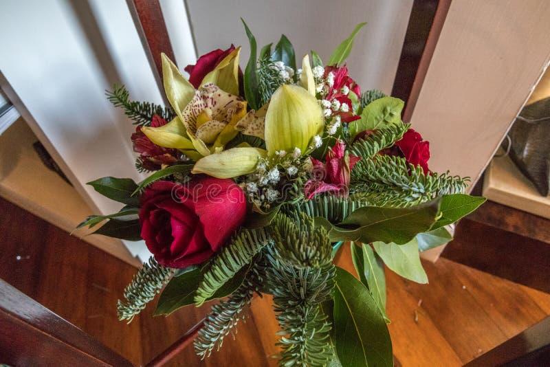 Корзина цветка с елевыми розами и радужкой стоковые изображения rf
