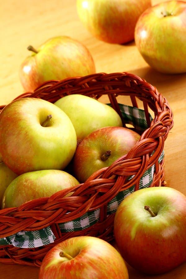 корзина яблока стоковая фотография