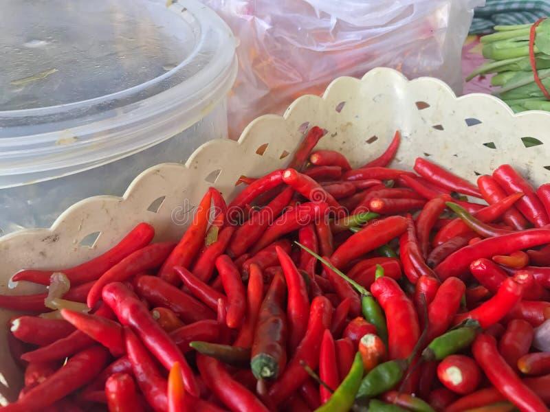 Корзина Chili grained красная органическая, куча красного chili более малые серии стоковое изображение