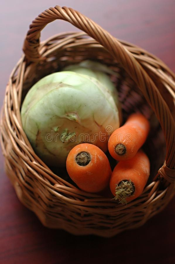 Корзина Wicker с овощами стоковое фото rf