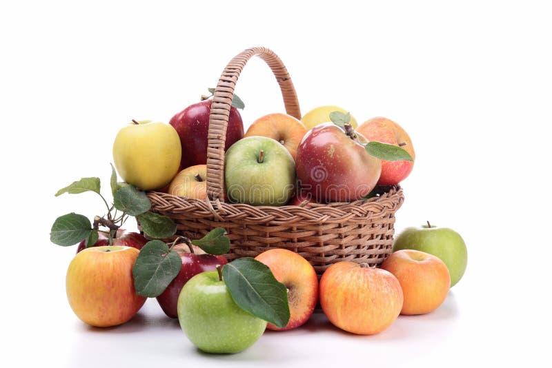 Корзина Wicker с яблоками стоковые фото
