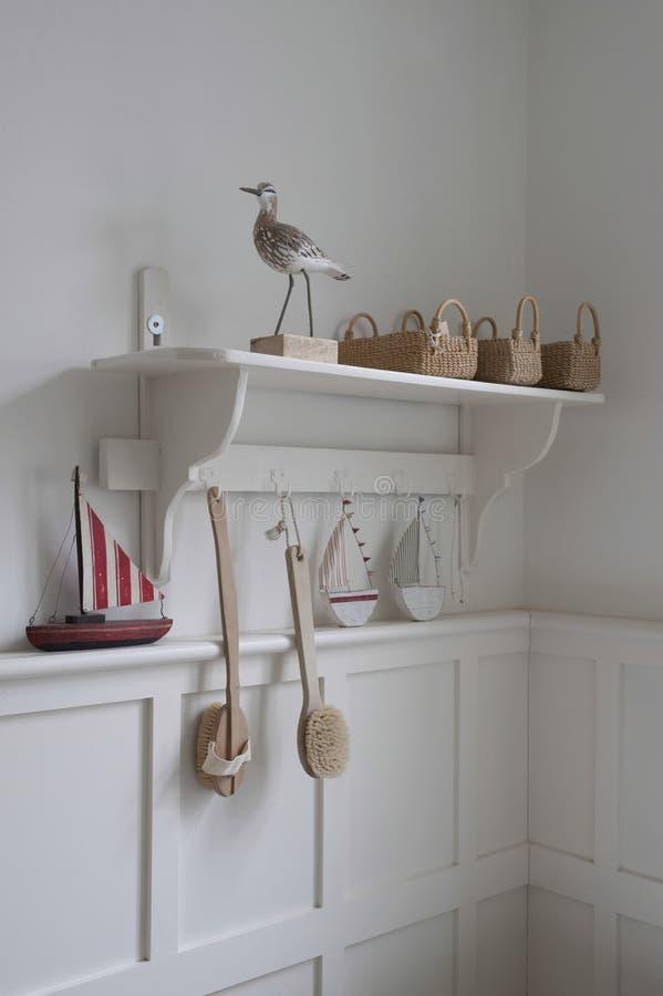 Корзины на полке ванной комнаты стоковые изображения