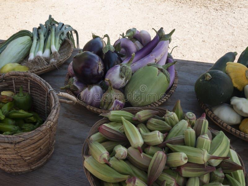 Корзины полные продукции на рынке фермера стоковая фотография rf