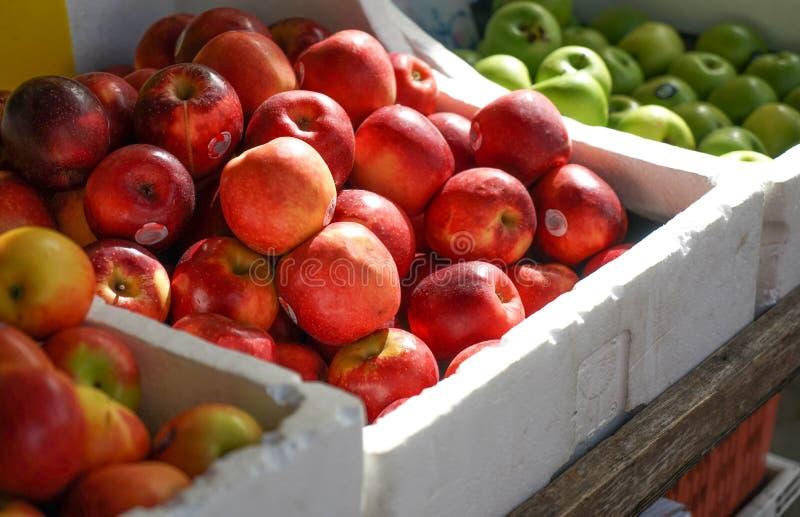 Корзины яблок на дисплее на местном рынке стоковая фотография