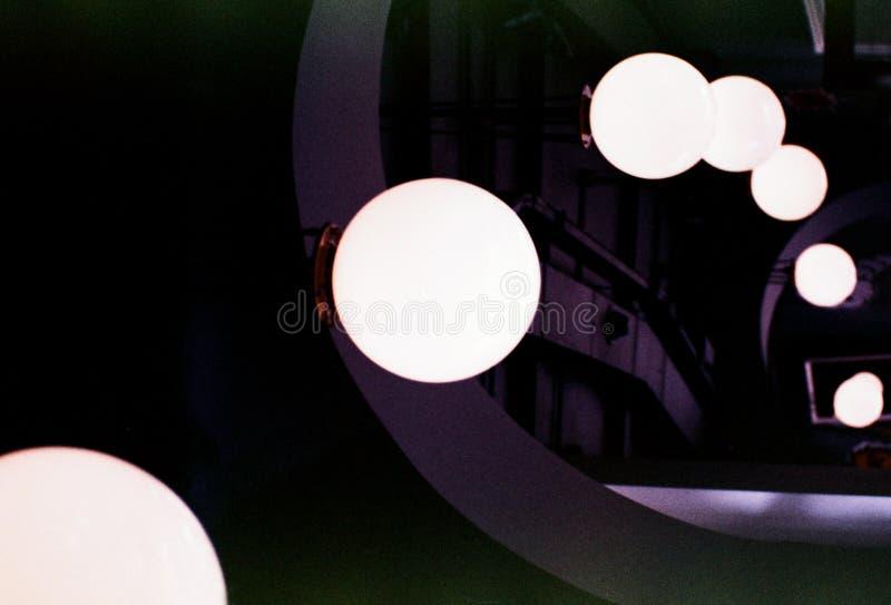 Коридор, абстракция: круглые лампы, тени и отражения стоковые фотографии rf