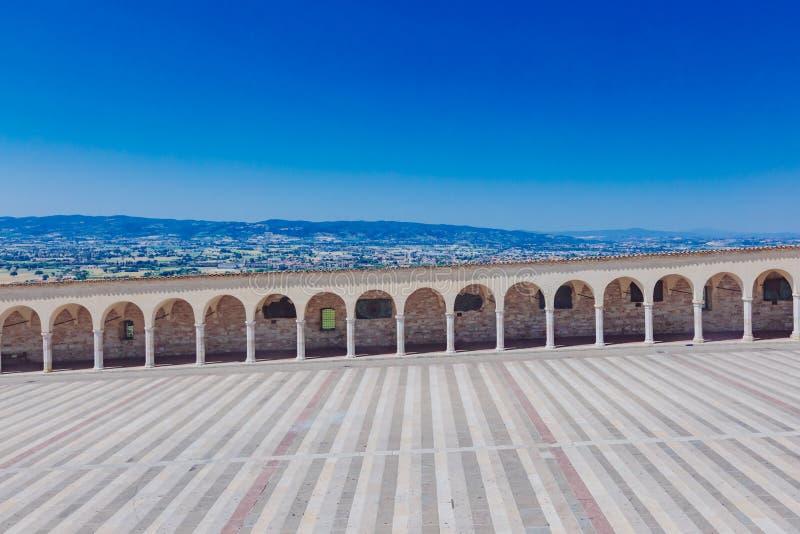 Коридор более низкого квадрата Св.а Франциск Св. Франциск в Assisi, Италии, с Ла стоковая фотография rf