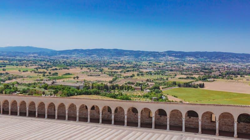 Коридор более низкого квадрата Св.а Франциск Св. Франциск в Assisi, Италии, с Ла стоковые фотографии rf