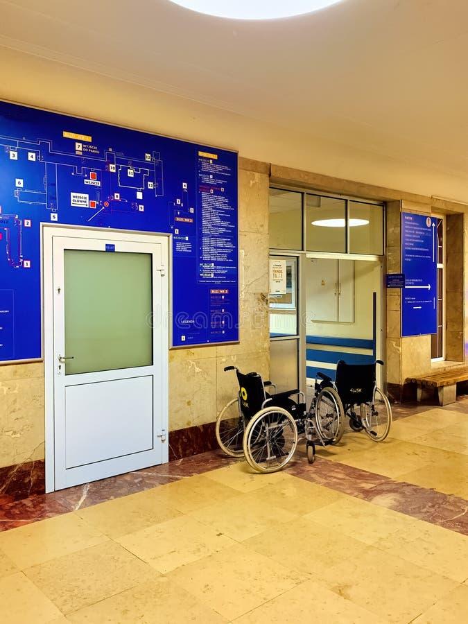 Коридор в зале ожидания на старой больнице стоковая фотография