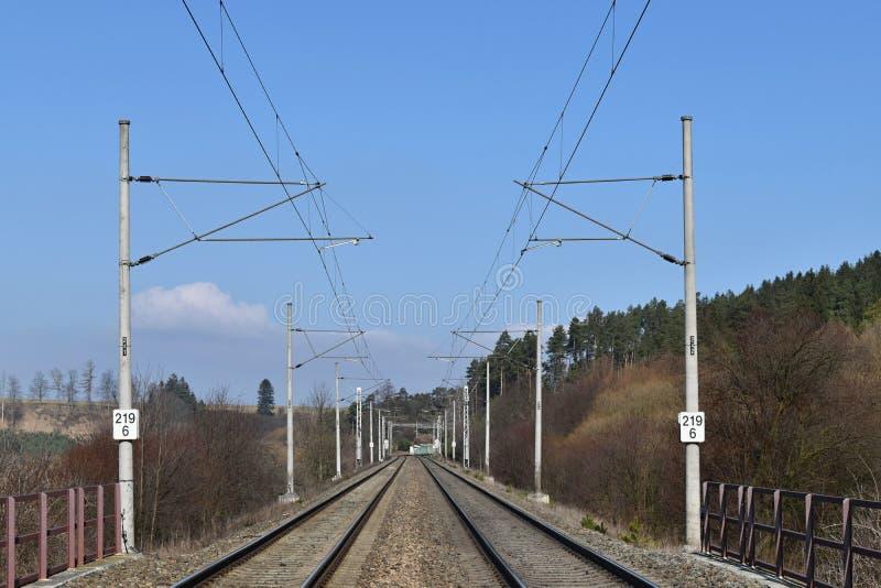 Коридор рельса линии электропередач тракции близкий день выравнивает следы железной дороги 2 вверх стоковая фотография