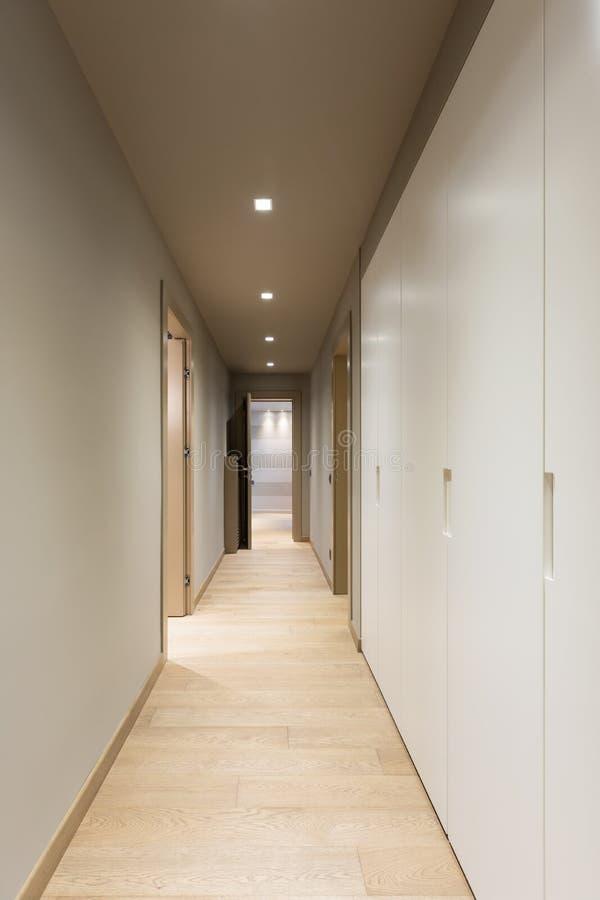 Коридор с белым шкафом самомоднейшее квартиры нутряное стоковые фотографии rf