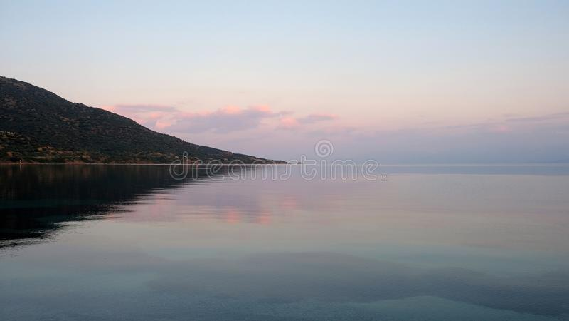 Коринфские отражения рассвета залива в неподвижной морской воде стоковые изображения rf
