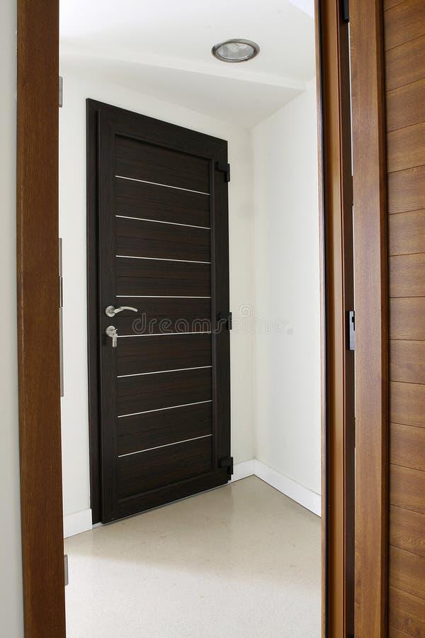 коричневая дверь темноты цвета стоковые изображения