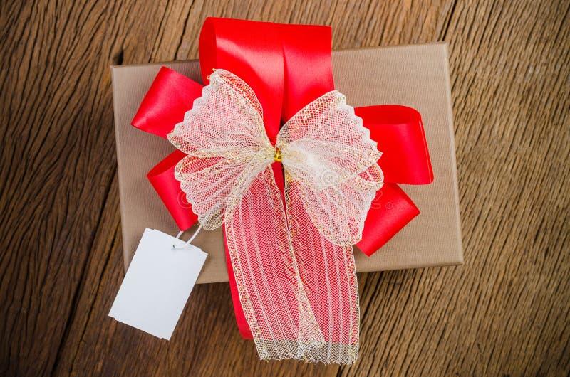 коричневая подарочная коробка с биркой стоковое изображение