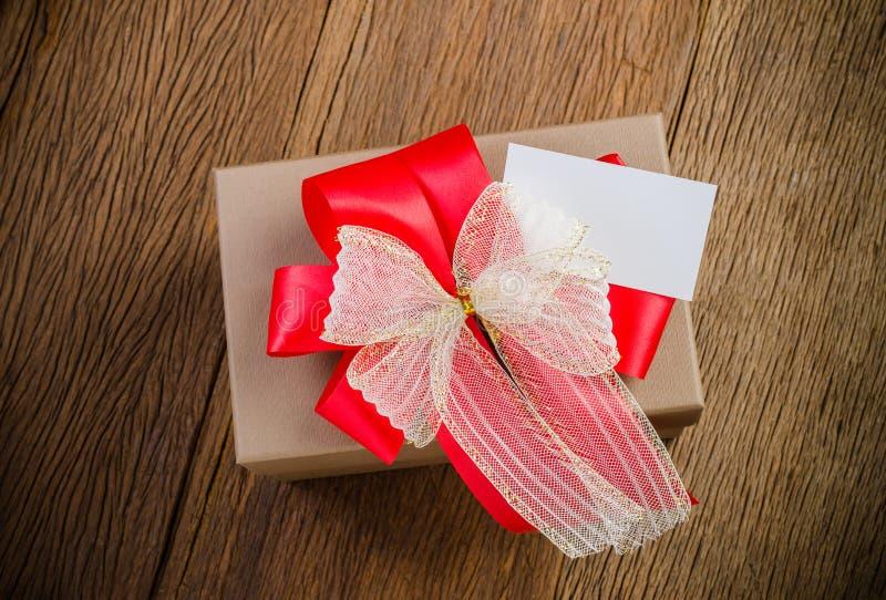 коричневая подарочная коробка с карточкой имени стоковая фотография rf