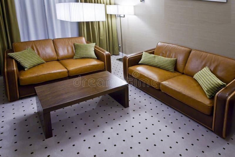 коричневейте софы 2 комнаты кожи живущие стоковые изображения