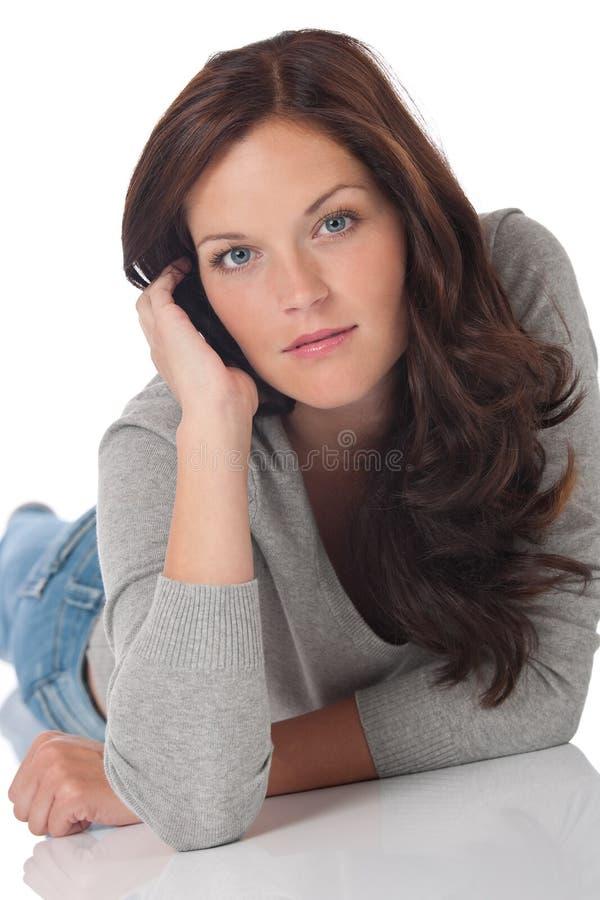 коричневого цвета женщина волос вниз лежа сексуальная стоковое фото rf