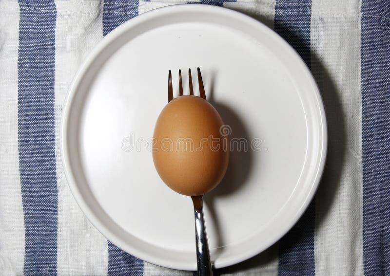 Коричневое яичко на вилке стоковая фотография rf