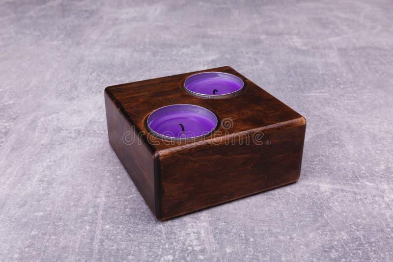 Коричневый деревянный подсвечник на таблице стоковые фотографии rf