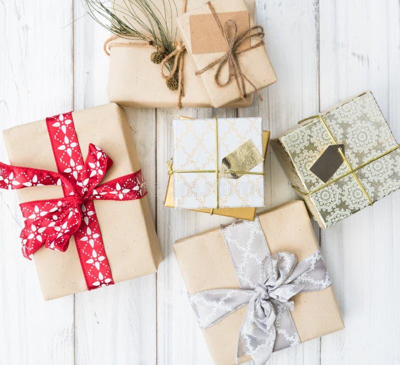 Коричневый цвет и подарочные коробки орнамента рождества на белое деревянном стоковая фотография