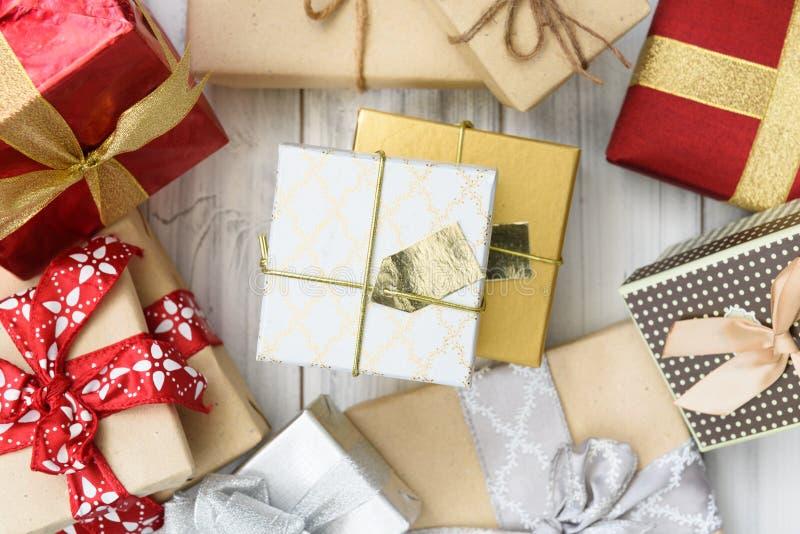 Коричневый цвет орнамента рождества и красочные подарочные коробки на белое деревянном стоковое изображение rf