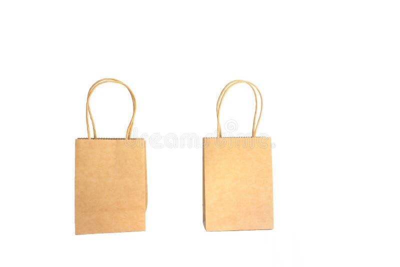 2 коричневых бумажных хозяйственной сумки с руками изолированными на белой предпосылке стоковые изображения