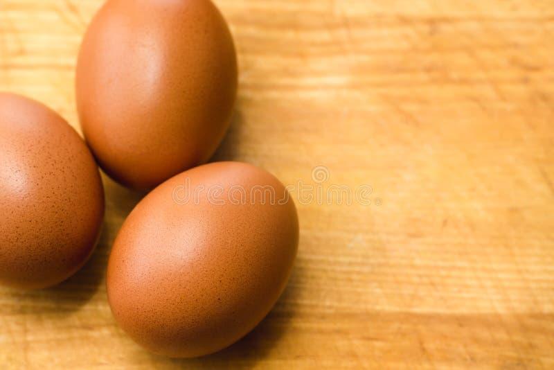 3 коричневых яйца цыпленка на деревянной поверхностной предпосылке стоковое фото